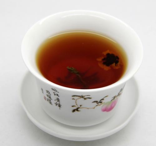 罗布麻茶3克+雪菊1克冲泡的汤色